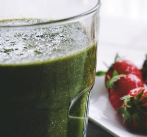 groene smoothie met aardbeien